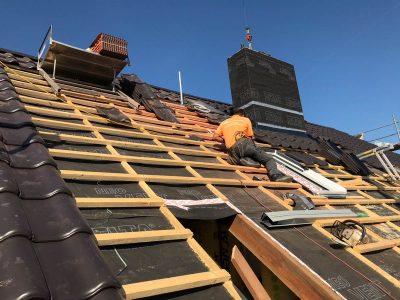 Eindeckung des Daches mit Tonziegeln.