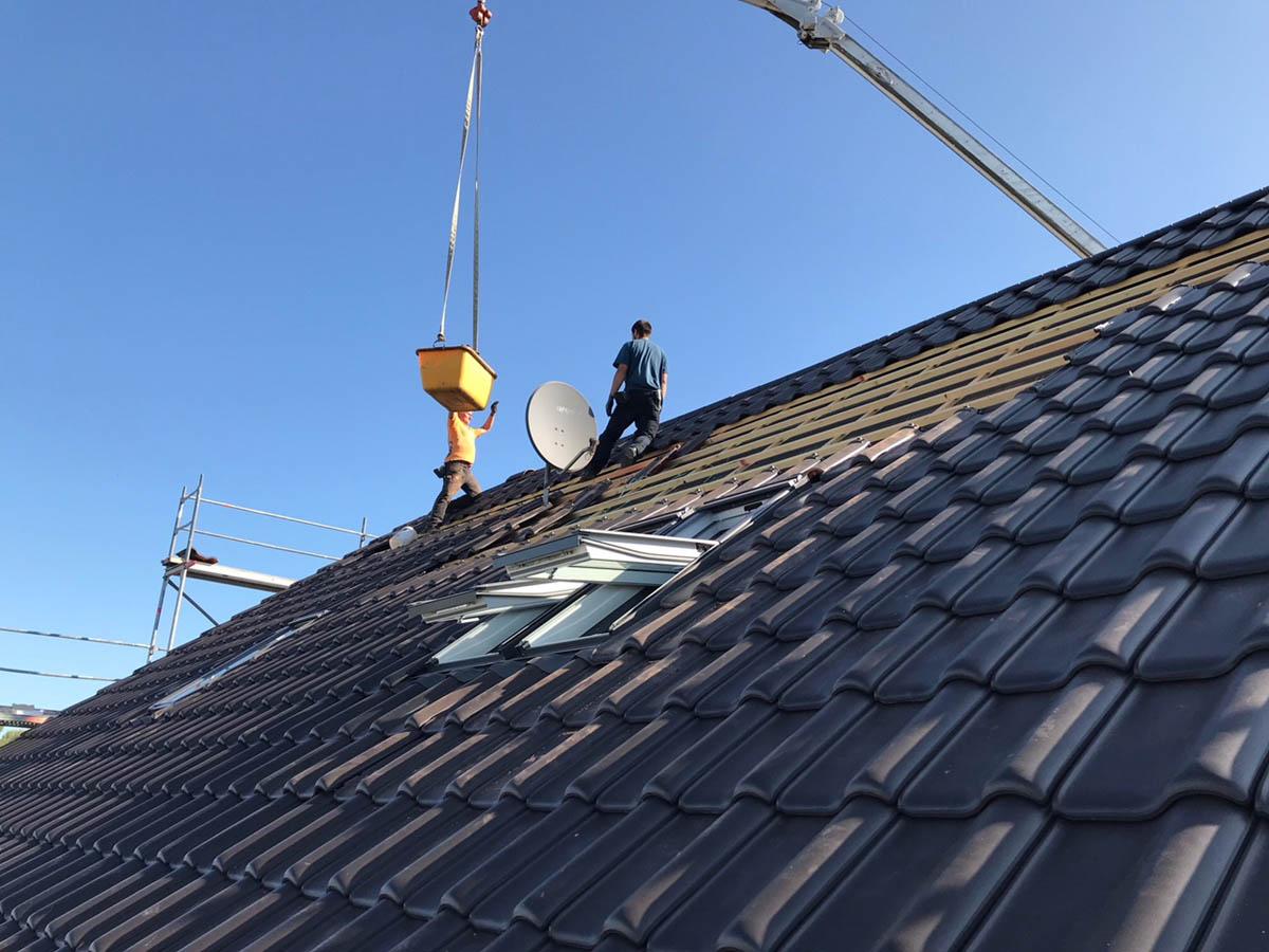 Die letzten Arbeiten am Dach des Doppelhauses sind im vollen Gang.