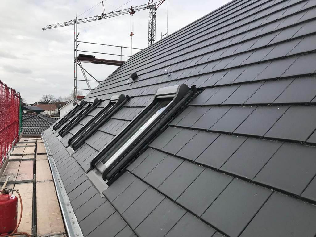Dacheindeckung mit Tegalit Glattziegel und Dachfenster.