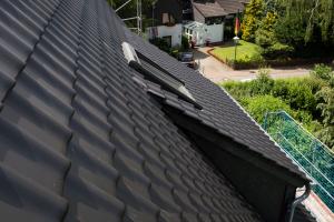 Eine regelmäßige Dachwartung wird empfohlen, um den Wert des Hauses und den Versicherungsschutz dauerhaft zu erhalten