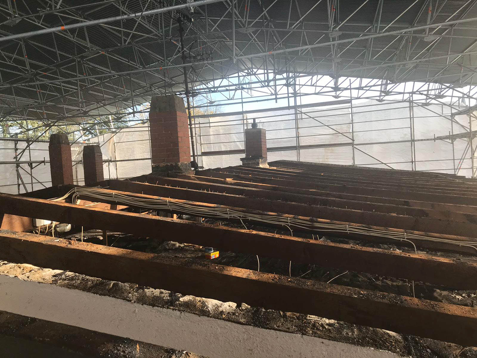 Sanierung eines denkmalgeschützten Gebäudes mit Wetterschutzdach.