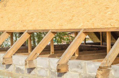 Dachschalung mit OSB-Platten.
