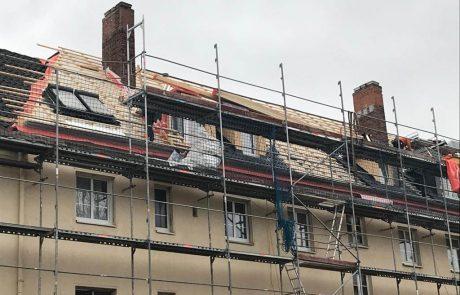 Neue Dachflächenfenster für ein Mehrfamilienhaus.
