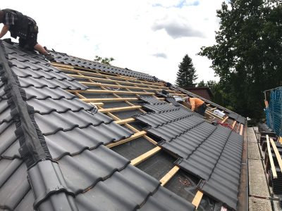 Anbringen von BRAAS Dachziegeln in Grau