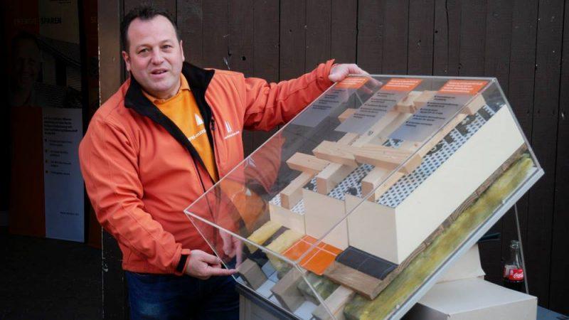 Dirk Marske erklärte den Mitgliedern des MIT Wolfenbüttel die energetische Sanierung eines Daches. Foto: MIT Wolfenbüttel
