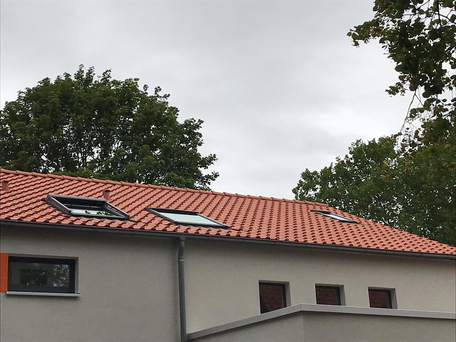 Nebau mit Flachdachziegeln und VELUX Dachfenstern