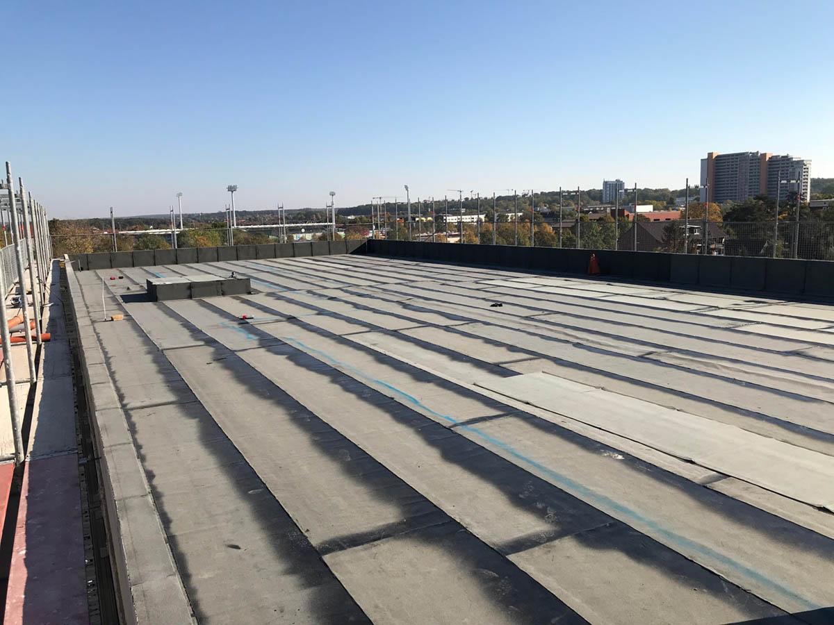 Das fertige Flachdach des Kontorhauses.