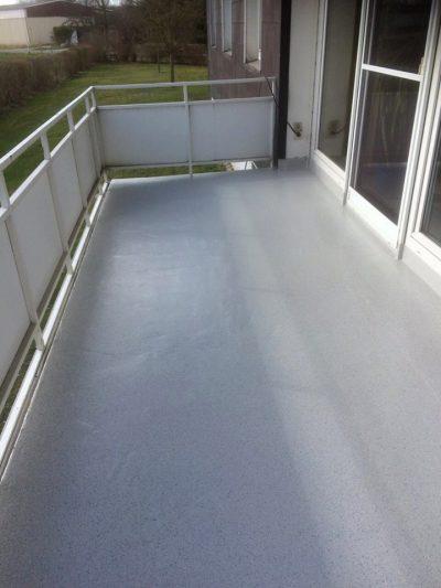 Flüssigkunststoff wird gerne zum Abdichten und als Bodenbelag von Balkonen genutzt.