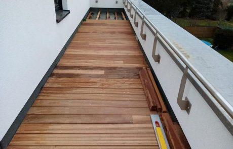 Dachterrasse mit Belag aus Holz