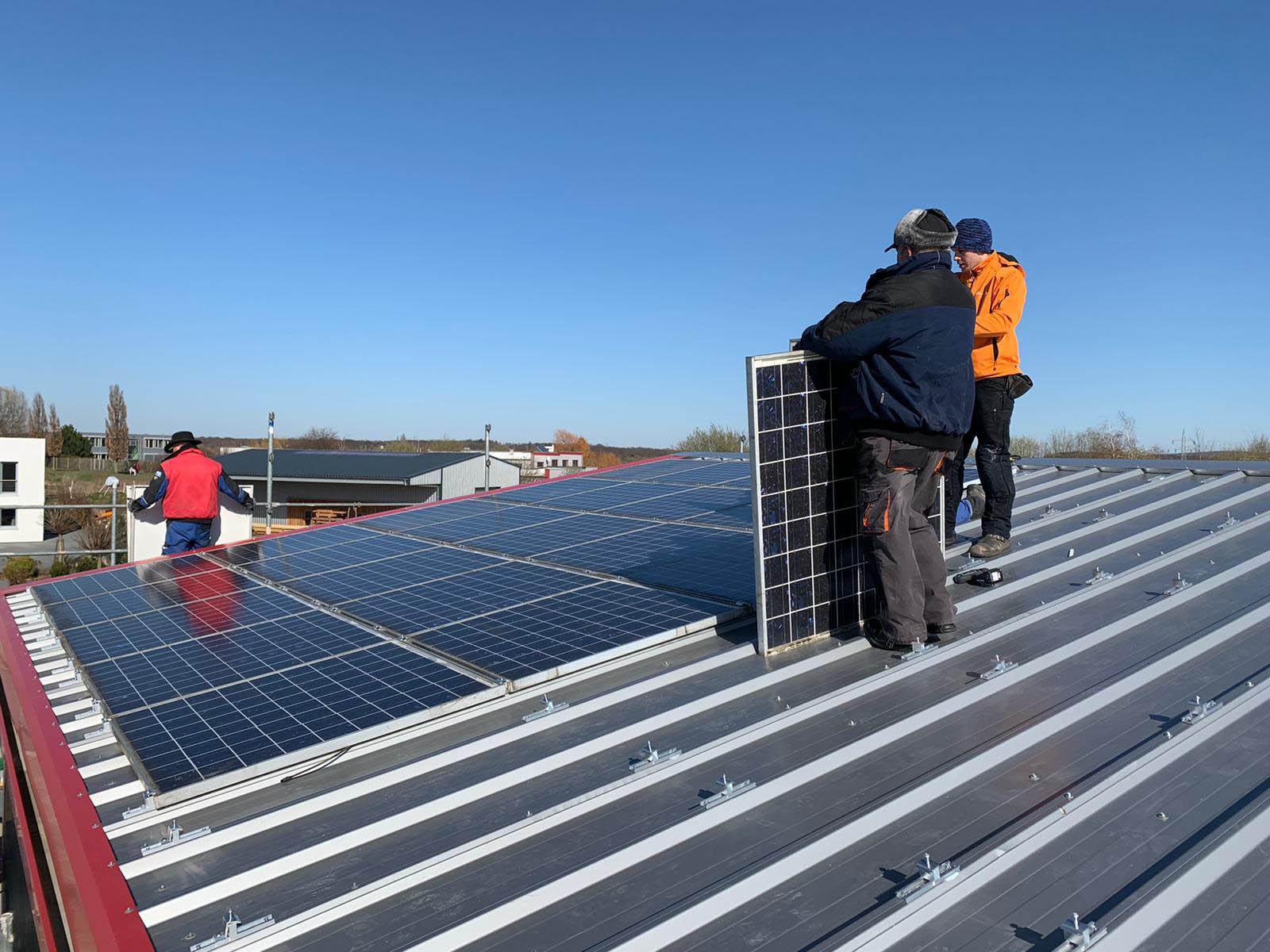 Installation von Photovoltaikpanelen auf einem Dach