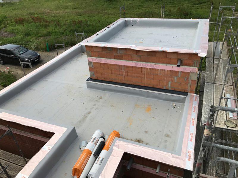 Wussten Sie, dass es Kalt- und Warmdächer gibt? Das hat nichts damit zu tun, ob es schneit oder die Sonne scheint. Es geht um den Aufbau und die Belüftung des Daches.