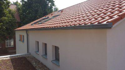 Flachdachziegel, Klempnerarbeiten mit Fallrohr und Dachrinne