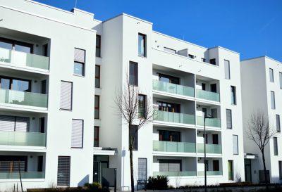 Im Gegensatz zum Balkon, wird eine Loggia nicht von außen an die Fassade angebaut, sondern ist als Bestandteil des Grundrisses in das Gebäude oder Dach eingeschnitten. Foto: Martin Lang/fotolia.com