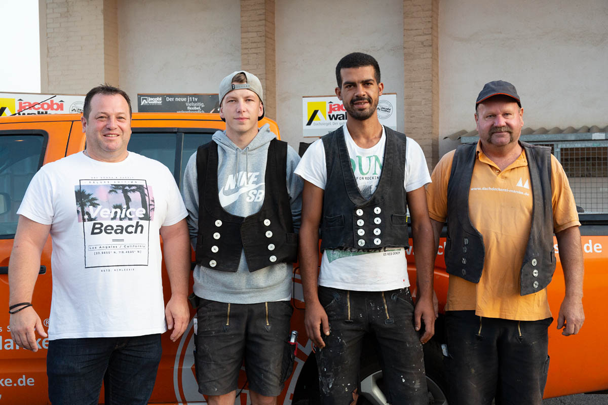 Dachdeckermeister Dirk Marske mit seinen Gesellen und dem neuen Auszubildenden