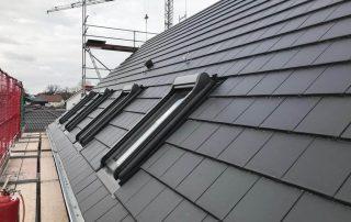 Modernes Dach mit Dachfenstern.