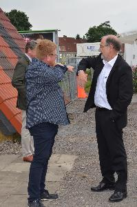 Peter Marske (l.) erklärt Michael Wolff, Geschäftsführer der Kreishandwerkerschaft Süd-Ost-Niedersachsen, den Kran.