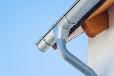 Dachrinnen gibt es in unterschiedlichen Materialien und Qualitäten.