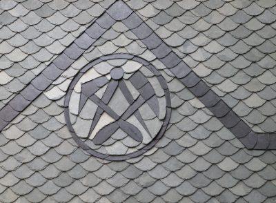 Schiefer kann für Dächer und Fassaden verwendet werden, aber auch in Bad und Küche kommt es zum Einsatz. Foto: Pixelmixel/fotolia.com