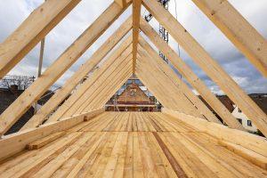 Dachstuhl eines Einfamilienhauses. Sparrendach.