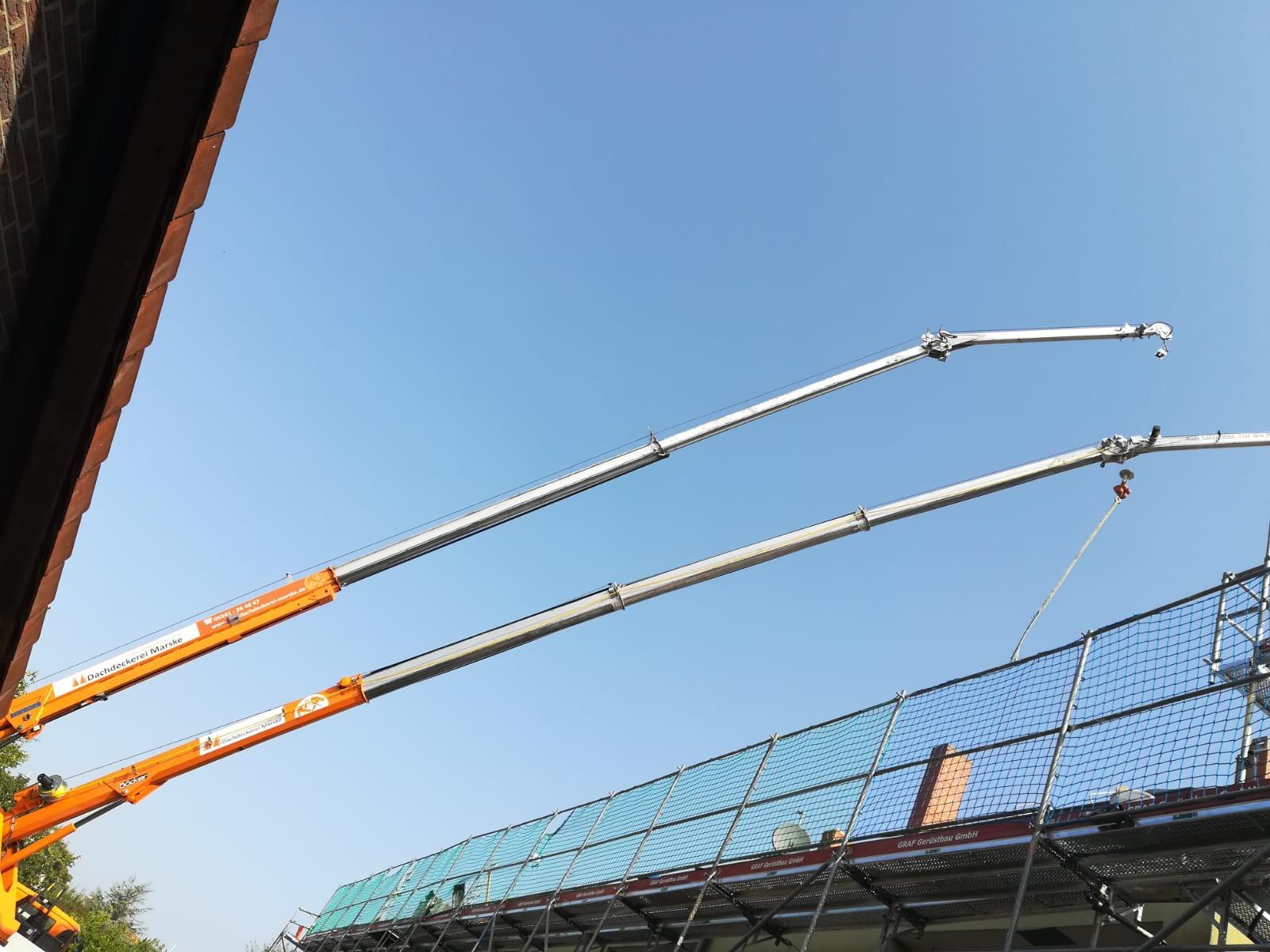 Einsatz beider Kräne der Dachdeckerei Marske