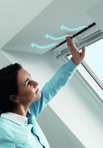 Permanentes Lüften ohne unnötige Wärmeverluste und Zugerscheinungen ermöglicht das selbstregulierende Lüftungselement Velux Balanced Ventilation. Foto: VELUX Deutschland GmbH
