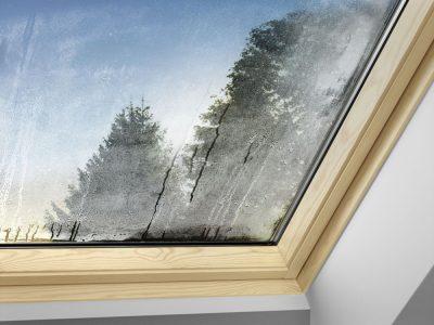 Beschlagene, feuchte Fensterscheiben sind in der Regel nicht auf ein defektes Fenster oder einen mangelhaften Einbau zurückzuführen, sondern auf Kondensatbildung am Fenster. Foto: Velux Deutschland GmbH
