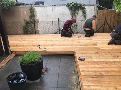 Die neue Holzterrasse ist fast fertig.