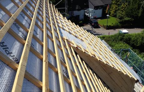 Zimmererarbeiten beim Errichten von einem Dachstuhl in Wolfenbüttel
